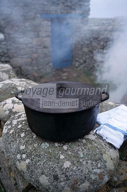 """Europe/France/Bretagne/29/Finistère/Ile d'Ouessant: Jeanne Le Gall fait cuire le """"Ragout sous les mottes de Tourbe """" - Ragout de mouton de l'Ile - Marmite en fonte"""