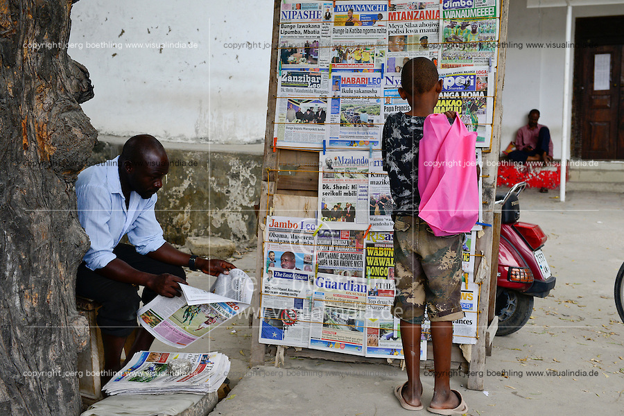 TANZANIA Zanzibar, Stone town, newspaper stall / TANSANIA Insel Sansibar, Stonetown, Zeitungskiosk