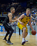 14.04.2018, EWE Arena, Oldenburg, GER, BBL, EWE Baskets Oldenburg vs s.Oliver W&uuml;rzburg, im Bild<br /> am Ball...<br /> Maxime DeZEEUW (EWE Baskets Oldenburg #12)<br /> E.J. SINGLER (s.Oliver W&uuml;rzburg #15 )<br /> Foto &copy; nordphoto / Rojahn