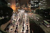 SAO PAULO, SP, 19.07.2013 - TRANSITO - Motoristas enfrentam transito parado na Av 23 de Maio sentido Av Tiradentes na altura do vale do anhangabaú nesta noite desta sexta-feira (19). (Foto: Marcelo Brammer / Brazil Photo Press).