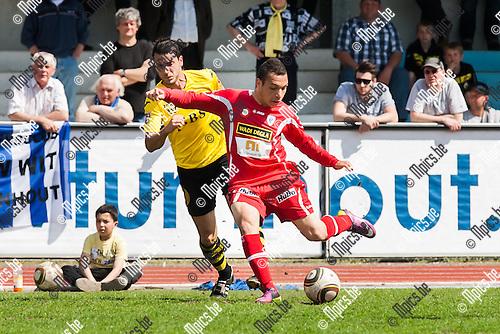 2013-05-05 / Voetbal / Seizoen 2012-2013 / KV-Turnhout-Berchem Sport/ Mamdoun Elsayed (r. Turnhout) met de actie voorbij Jelle De Wilde (l. Berchem)..Foto: Mpics.be
