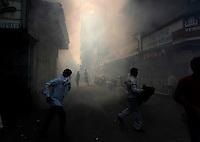 PK nr: 10475.Kategori: Natur og miljø.Tittel: Malariakrigen.Bildetekst: Det føres en hard kamp mot malaria i Mumbai, der bygatene regelmessig røyklegges med middel for å bekjempe myggen som sprer sykdommen..Digitalt.Dato: 7.februar 2011.Sted: Mumabi India