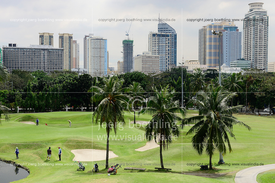 PHILIPPINES, Manila, , golf course in front of Makati Skyscraper Skyline  / PHILIPPINEN, Manila, , Golfplatz vor Makati Hochhaus Skyline