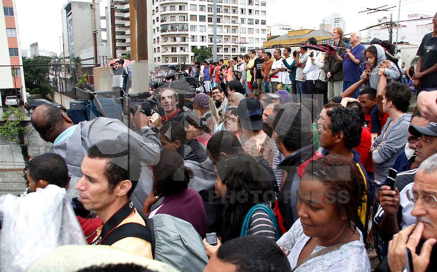 SÃO PAULO,SP,01 JANEIRO 2012 - IMPLOSÃO  EDIFICIO MOINHO<br />  Populares aguardam a implosão do edifício Moinho, na região central de São Paulo, que pegou fogo no último dia 22.FOTO ALE VIANNA - NEWS FREE.
