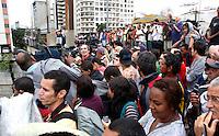 S&Atilde;O PAULO,SP,01 JANEIRO 2012 - IMPLOS&Atilde;O  EDIFICIO MOINHO<br />  Populares aguardam a implos&atilde;o do edif&iacute;cio Moinho, na regi&atilde;o central de S&atilde;o Paulo, que pegou fogo no &uacute;ltimo dia 22.FOTO ALE VIANNA - NEWS FREE.