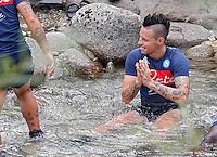 i calciatori immergono le gambe nelle acque gelate del fiume Noce per ritonificare i muscoli dopo gli allenamenti <br /> ritiro precampionato Napoli Calcio a  Dimaro 13<br /> Luglio 2015<br /> <br /> Preseason summer training of Italy soccer team  SSC Napoli  in Dimaro Italy July 13, 2015