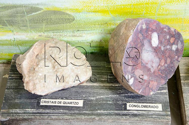 Cristais de quartzo e conglomerado, Museu Geológico Valdemar Lefèvre, São Paulo - SP, 07/2014.