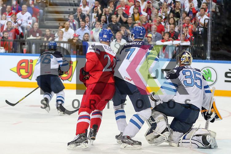 Tschechiens Klepis, Jakub (Nr.20)(Ocelari Trinec) im Zweikampf mit Finnlands Lindell, Esa (Nr.7)(Assat Pori) vor Finnlands Rinne, Pekka (Nr.35)(Nashville Predators)  im Spiel IIHF WC15 Czech Republic vs. Finland.<br /> <br /> Foto &copy; P-I-X.org *** Foto ist honorarpflichtig! *** Auf Anfrage in hoeherer Qualitaet/Aufloesung. Belegexemplar erbeten. Veroeffentlichung ausschliesslich fuer journalistisch-publizistische Zwecke. For editorial use only.