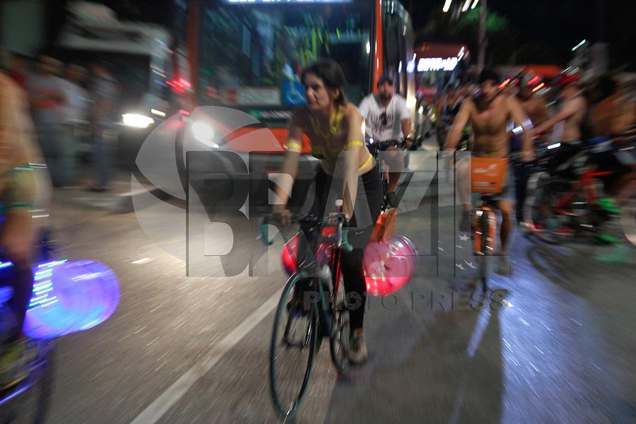 SÃO PAULO,SP, 11.03.2017 - PEDALADA-PELADA - Ciclistas participam da 10ª edição da Pedalada Pelada, na Avenida Paulista, região central da cidade de São Paulo, que busca mostrar a fragilidade dos ciclistas frente a violência do trânsito durante a noite deste sábado, dia 11. (Foto: Amauri Nehn/Brazil Photo Press)