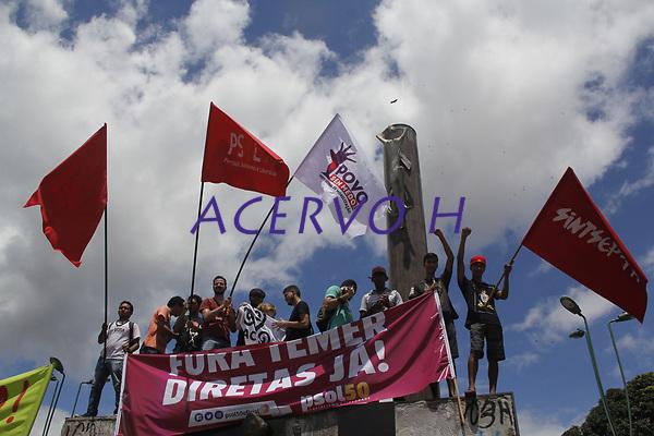 Protesto e manifesta&ccedil;&otilde;es contra a reforma trabalhista, greve geral Fora Temer. <br /> Manifestantes fecham a BR 316.<br /> Foto: Ney Marcondes.<br /> Marituba, Par&aacute;, Brasil<br /> 28/04/2017.