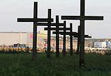 Kuropaty galt in der Sowjetunion als Konzentrationslager der Nazis..In den 1980er Jahren fand man jedoch heraus, dass das Lager der sowjetischen NKDW als Raum für Erschießungen diente. Diese Aufdeckung begünstigte die demokratische Bewegung in Belarus. Heutzutage liegt wieder ein Mantel des Schweigens über der Vergangeheit. Von Tausenden von Opfern, unter ihnen hauptsächlich Juden, wurden bislang zwei namentlich identifiziert. / In Soviet Times, Kuropaty was said to be a concentration camp of the Nazis. In the 1980ies it was discovered that it had been an execution camp of the Sovjet NKDW instead. The discovery triggered the democratic movements in Belarus. Nowadays the past of the camp is again almost forgotten. Of thousands of victims, among them mostly Jews, so far only two could haven been identified ..