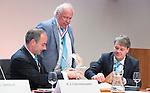 UTRECHT _ Algemene Ledenvergadering Utrecht, van de KNHB. Voorzitter Erik Cornelissen met Bas Maassen ,  die terugtreedt als penningmeester , en directeur Erik Gerritsen, Aftredend penningmeester Bas Maassen is benoemd tot Lid van Verdienste.   Copyright Koen Suyk