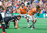 BLOEMENDAAL   - Hockey - Manu Stockbroekx (Bldaal) met links Valentin Verga (A'dam)    . 3e en beslissende  wedstrijd halve finale Play Offs heren. Bloemendaal-Amsterdam (0-3). Amsterdam plaats zich voor de finale.  COPYRIGHT KOEN SUYK