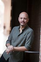 Fabio Geda è nato nel 1972 a Torino. Si è occupato per anni di disagio giovanile, esperienza che ha spesso riversato nei suoi libri. Ha scritto su «Linus» e su «La Stampa» circa i temi del crescere e dell'educare. Collabora stabilmente con la Scuola Holden, il Circolo dei Lettori di Torino e la Fondazione per il Libro, la Musica e la Cultura. Mantova 6 settembre 2018. © Leonardo Cendamo