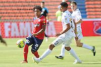 MEDELLÍN -COLOMBIA-25-08-2013. William Arboleda (I) de Medellin disputa el balón con Carlos Robles (D) de Once Caldas durante partido de la fecha 6 de la Liga Postobón II 2013 jugado en el estadio Atanasio Girardot de la ciudad de Medellín./ Medellin William Arboleda (L) fights for the ball with Once Caldas Carlos Robles (R) during match on the 6th date of the Postobon League II 2013 at Atanasio Girardot stadium in Medellin city.  Photo:VizzorImage/Luis Ríos/STR