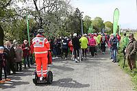 Nordic Walker gehen begleitet vom DRK Rüsselsheim auf die Strecke