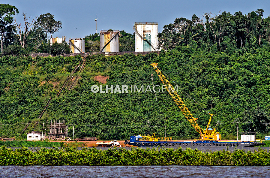 Porto de Miritituba no rio Tapajos, reservatorios de combustivel da Petrobras, Itaituba. Para. 2017. Foto Luciana Whitaker