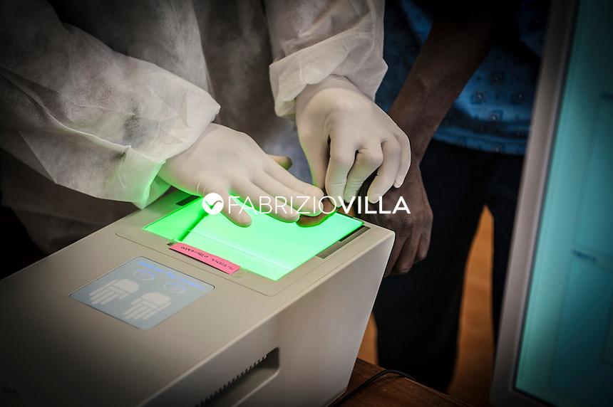 Prelievo Impronte digitali a migranti arrivati in Italia nei centri di accoglienza.