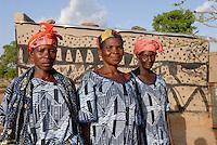 BURKINA FASO Dorf Sesuala bei Pó , Ethnie Kassena ,Frauen Kooperative verarbeiten Karite bzw Shea Nuesse zu Shea Butter, Frau Avi Nabila mitte Leiterin der Kooperative und Frau Abakola Adakta link, vor Lehmhaus mit Kassena Style Bemalung - BURKINA FASO , village Sesuala near Pó , ethnic Kassena , women cooperative produce shea butter from shea nuts of Karite tree, middle Mrs. Avi Nabila , leader of cooperative