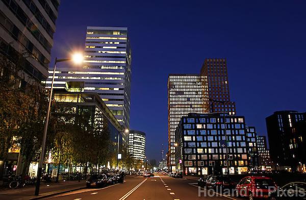Kantoren aan de Zuidas van Amsterdam bij avond