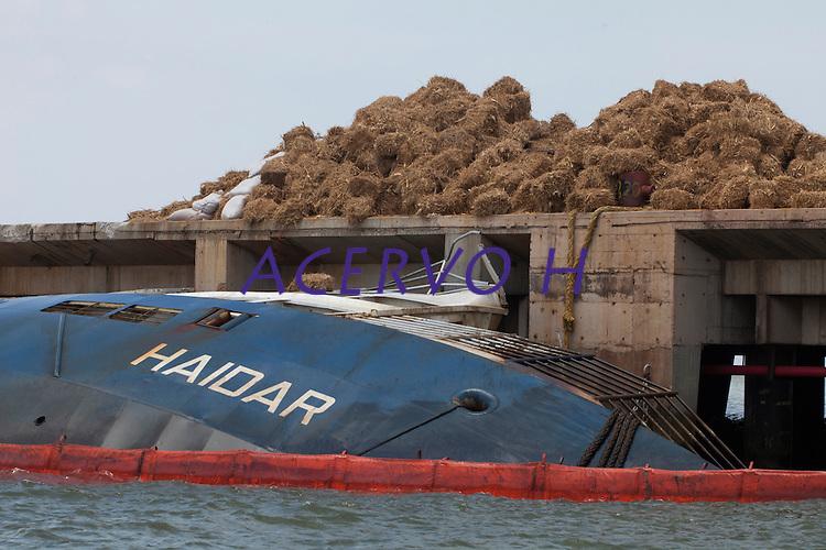 A opera&ccedil;&atilde;o de salvatagem iniciada no Porto de Vila do Conde teve in&iacute;cio hoje fazendo a conten&ccedil;&atilde;o dos animais mortos no naufr&aacute;gio do navio Haidar no Par&aacute;. At&eacute; o momento se estima haver 4000 bois dentro do navio. O gado est&aacute; em decomposi&ccedil;&atilde;o e h&aacute; 750 toneladas de &oacute;leo na &aacute;gua.<br /> Porto de Vila do Conde, Barcarena, Par&aacute;, Brasil.<br /> Foto Paulo Santos<br /> 10/10/2015
