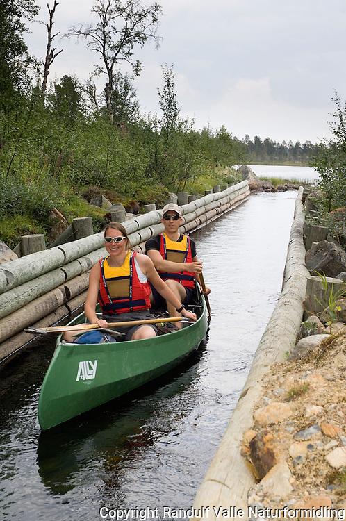 Kano på vei ned tømmerrenna i Nordvika i Femunden. ---- Canoe on lake Femunden.