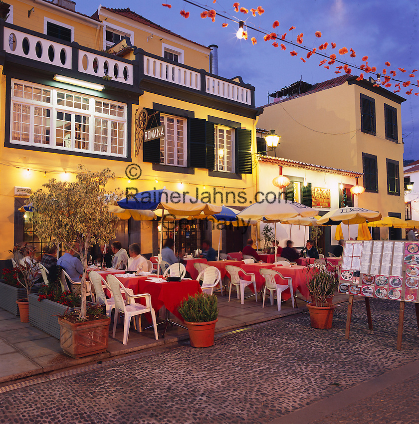 Portugal, Madeira, Funchal: Evening Restaurant Scene in the Old Town   Portugal, Madeira, Funchal: Altstadt-Restaurant am Abend