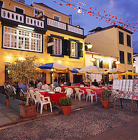 Portugal, Madeira, Funchal: Evening Restaurant Scene in the Old Town | Portugal, Madeira, Funchal: Altstadt-Restaurant am Abend