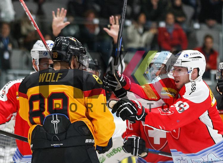 der b&ouml;se WOLF: David WOLF (Deutschland) wird von allen Seiten bedr&auml;ngt,<br /> <br /> Eishockey, Deutschland-Cup 2015, Augsburg, Deutschland vs. Schweiz, 06.11.2015,<br /> <br /> Foto &copy; PIX-Sportfotos *** Foto ist honorarpflichtig! *** Auf Anfrage in hoeherer Qualitaet/Aufloesung. Belegexemplar erbeten. Veroeffentlichung ausschliesslich fuer journalistisch-publizistische Zwecke. For editorial use only.