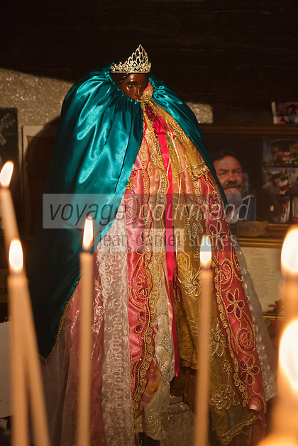 France/13/Bouches du Rhone/Camargue/Parc Naturel Régionnal de Camargue/Saintes Maries de la Mer: Dans la crypte de l'église, lors du Pélerinage les gitans célèbrent Sainte Sara, la Vierge Noire
