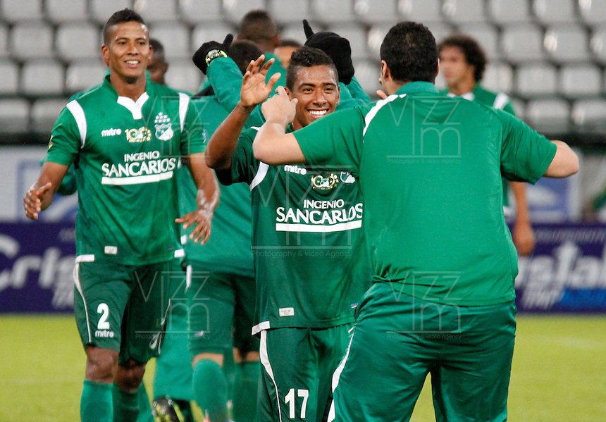 MANIZALES -COLOMBIA, 23-11-2013. Harrison Mujica (17) del Deportivo Cali celebran la victoria de su equipo sobre Once Caldas durante partido válido por la fecha 3 de los cuadrangulares finales de la Liga Postobón II 2013 jugado en el estadio Palogrande de la ciudad de Manizales./ Deportivo Cali player Harrison Mujica (17)celebrates the victory over Once Caldas during match for the 3rd date of final quadrangulars of the Postobon  League II 2013 at Palogrande stadium in Manizales city. Photo: VizzorImage/Santiago Osorio/STR