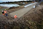 VIANEN - In de uiterwaarden bij Vianen is Combinatie Martens en Van Oord – Heijmans begonnen met het bestraten van de nieuwe Pontwaardbrug die later over uitgegraven oevergeulen gaat. In opdracht van Rijkswaterstaat ontgraaft Martens en Van Oord 900.000 kuub grond en bouwde Heijmans Civiel een nieuwe brug met wegen die toegang tot het pontje verderop garanderen. De 4,5 meter diepe geulen en de brug zijn onderdeel van Rijkswaterstaat's project Ruimte voor de Lek waarbij meer bergingsruimte voor de rivier ontstaat, een een waterstanddaling van 8 centimeter. Het werk moet eind dit jaar klaar zijn. COPYRIGHT TON BORSBOOM