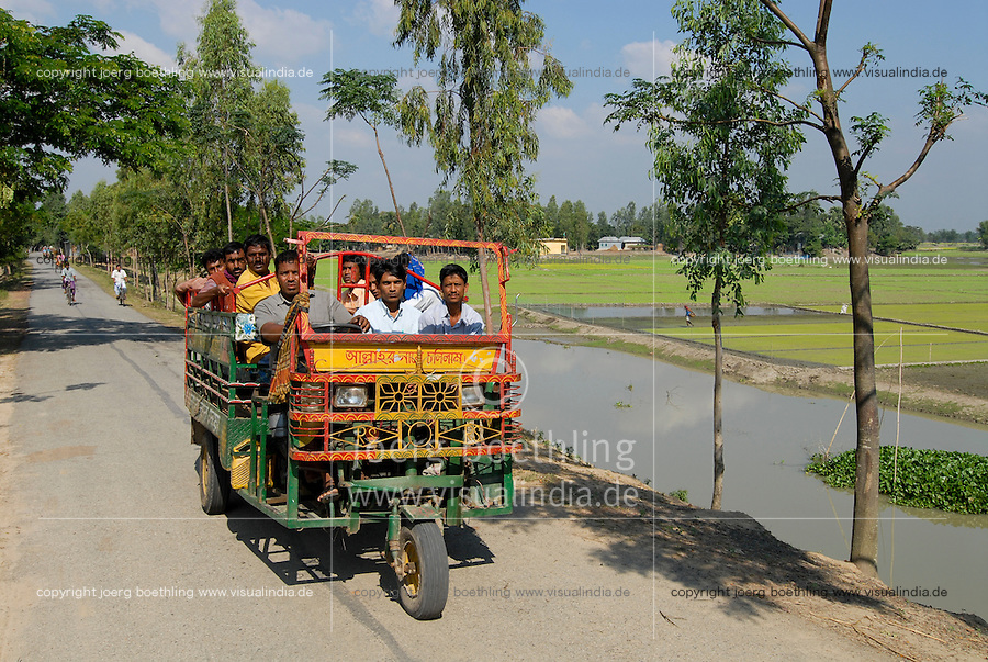 BANGLADESH, Tangail,  motor rikshaw and irrigation of paddy fields / BANGLADESCH, Tangail, Menschen in Rikscha and Bewaesserung von Reisfeldern