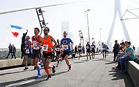 Nederland  Rotterdam  2017 04 09.  De Marathon van Rotterdam. Deelnemers rennen over de Erasmusbrug.   Berlinda van Dam / Hollandse Hoogte