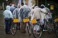 Berlin, Eine Gruppe steht am Donnerstag (09.05.13) im Mauerpark in Berlin mit Regenhüllen neben ihrem Fahrrad. Foto: Timur Emek/CommonLens