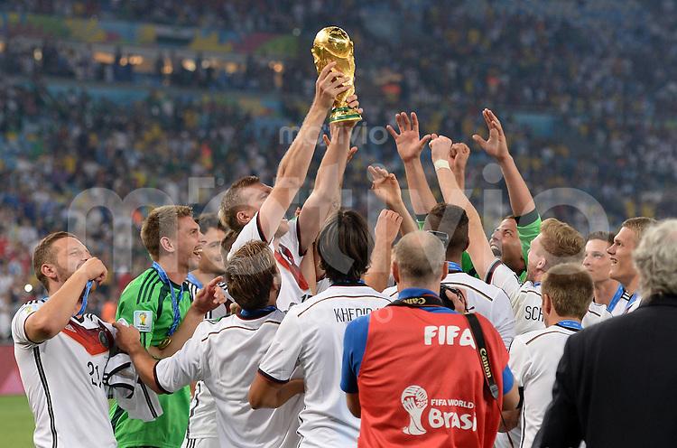 FUSSBALL WM 2014                       FINALE   Deutschland - Argentinien     13.07.2014 DEUTSCHLAND FEIERT DEN WM TITEL: Deutscher Jubel um den Pokal