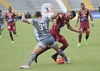 IBAGUÉ -COLOMBIA, 26-01-2016. Sebastian Villa (Der) jugador de Deportes Tolima disputa el balón con Fabian Mosquera (Izq) jugador del Tigres FC durante partido por la fecha 11 de la Liga Águila I 2017 jugado en el estadio Manuel Murillo Toro de la ciudad de Ibagué./ Sebastián Villa (R) player of  Deportes Tolima vies for the ball with Fabian Mosquera (L) player of Tigres FC during match for date 11 of the Aguila League I 2017 played at Manuel Murillo Toro stadium in Ibague city. Photo: VizzorImage / Juan Carlos Escobar / Cont