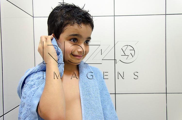 Criança secando a orelha, São Paulo - SP, 10/2012.          - Uso de imagem autorizado