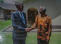 Jack Swart, der letzte Gefängniswächter von Nelson Mandela. Hier grüßt er ihn vor dem Haus im Drakenstein-Gefängnis in der Nähe von Paarl, Südafrika, im Jahr 1996 - sechs Jahre nach der Entlassung Mandelas. Der Politiker hatte hier die letzten 14 Monate seiner 27 Jahre andauernden Gefangenschaft verbracht