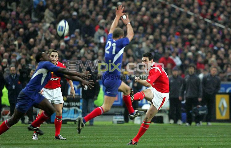 PIX: Rugby. Six Nations. France-Wales, Stade de France, Paris, 26th February 2005...COPYRIGHT PICTURE>> SIMON WILKINSON>>0870 092 0092>>..A Stephen Jones drop goal wins it for Wales in Paris.