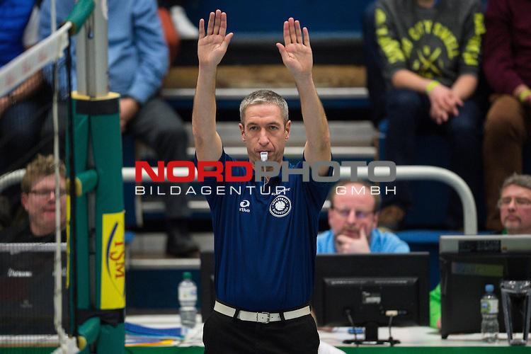 21.02.2015, Halle Berg Fidel, Muenster<br /> Volleyball, Bundesliga Frauen, USC M&uuml;Ÿnster / Muenster vs. Rote Raben Vilsbiburg<br /> <br /> Feature Schiedsrichter, Schiri / Manfred Brommert<br /> <br />   Foto &copy; nordphoto / Kurth
