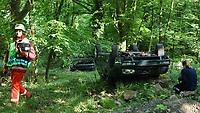 Übungsszenario eines Unfalls im Rahmen einer illegalen Rallye im Wald mit mehreren Fahrzeugen - Messel/Egelsbach 12.05.2018: Feuerwehr-Großübung im Wald