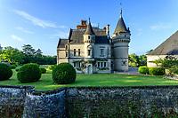 France, Indre-et-Loire (37), Montlouis-sur-Loire, jardins du château de la Bourdaisière, façade nord du château, les douves et boules de buis