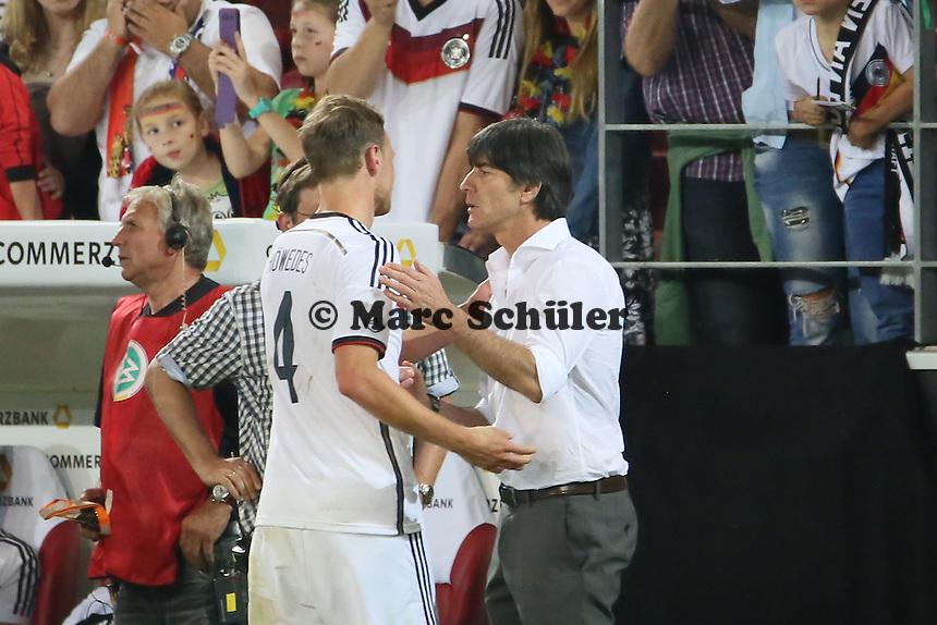 Bundestrainer Joachim Löw mit Benedikt Höwedes (D) - Deutschland vs. Armenien in Mainz