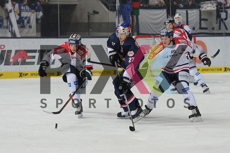 Eishockey, DEL, EHC Red Bull M&uuml;nchen - Eisb&auml;ren Berlin. <br /> <br /> Im Bild Kai WISSMANN (25) (Eisb&auml;ren Berlin), Matthew Smaby (27) (EHC Red Bull M&uuml;nchen), Laurin BRAUN (12) (Eisb&auml;ren Berlin).  im Spiel der DEL, Red Bull Muenchen - Ice Eisbaeren Berlin.<br /> <br /> Foto &copy; P-I-X.org *** Foto ist honorarpflichtig! *** Auf Anfrage in hoeherer Qualitaet/Aufloesung. Belegexemplar erbeten. Veroeffentlichung ausschliesslich fuer journalistisch-publizistische Zwecke. For editorial use only.