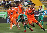 BOGOTÁ - COLOMBIA, 27-04-2019:Jaider Riquett (Izq.) jugador de La Equidad  disputa el balón con Jairo Palomino (Der.) jugador del Envigado durante partido por la fecha 18 de la Liga Águila I 2019 jugado en el estadio Metropolitano de Techo de la ciudad de Bogotá. /Jaider Riquett  (L) player of La Equidad fights the ball  against of Jairo Palomino (R) player of Envigado  during the match for the date 18 of the Liga Aguila I 2019 played at the Metropolitano de Techo  stadium in Bogota city. Photo: VizzorImage / Felipe Caicedo / Staff.