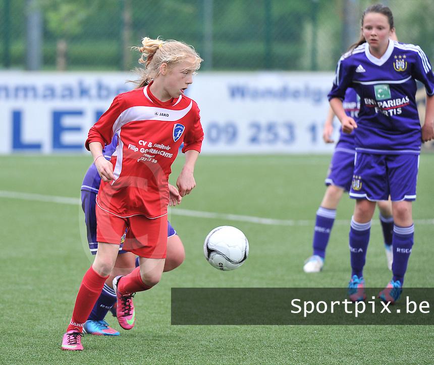 AA Gent Ladies U16 - RSC Anderlecht : Elena Dhont aan de bal voor Ellen Buysse .foto DAVID CATRY / Nikonpro.be