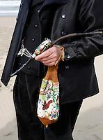 Nederland Katwijk  2016.  Noordzee Zomerfestival. Nationaal Klederdracht Festival. Klederdracht uit Oldebroek. Pijp en kralentasje ( pijpendover ).   Foto Berlinda van Dam / Hollandse Hoogte