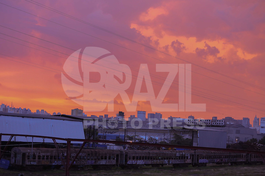 SAO PAULO, SP, 16.03.2014 - CLIMA TEMPO / SAO PAULO / POR DO SOL - Por do sol visto a partir do bairro da Mooca regiao leste de Sao Paulo neste domingo, 16. (Foto: William Volcov / Brazil Photo Press).