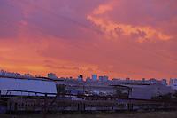 SAO PAULO, SP, 16.03.2014 - CLIMA TEMPO / SAO PAULO / POR DO SOL - Por do sol visto a partir do bairro da Mooca regiao leste de Sao Paulo neste domingo, 16. (Foto: William Volcov / Brazil Photo Press).